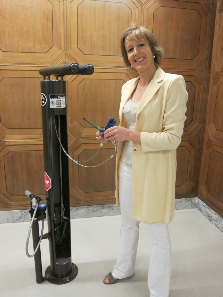"Alison van Diggelen checks out the ""bike spa"" tools at 140 New Montgomery, SF - Photo credit: Fresh Dialogues"